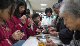 長青食堂與學童溫馨共餐 當地農產入菜